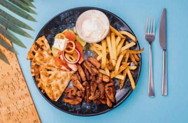 гирос със свинско месо, пържени картофи, сос, питка и салата