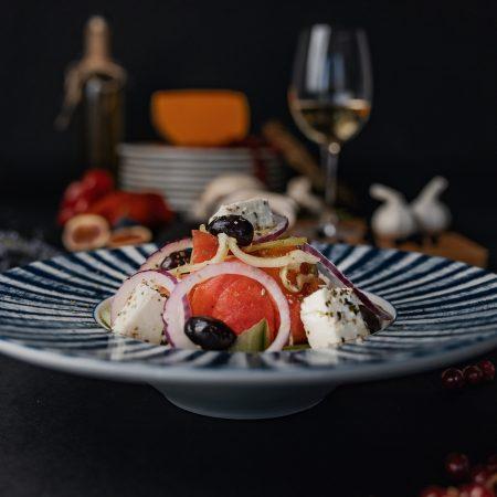 традиционна гръцка салата в красива чиния