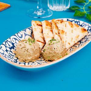 Пастет от риба тон сервиран с хлебче
