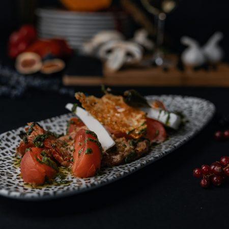 Салата с розов домат и сирене в ресторант