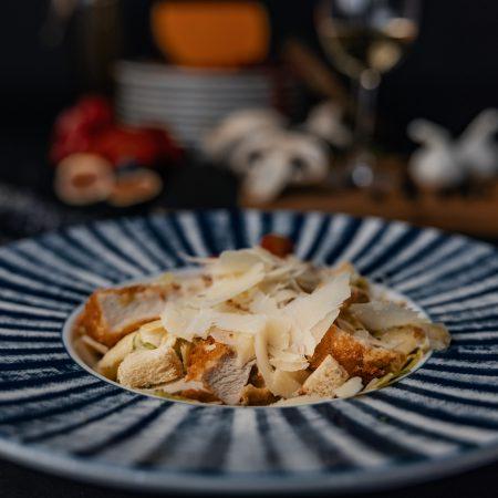 салата в ресторант в синьо-бяла чиния