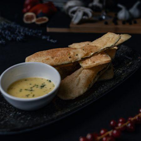 пържени тиквички със сос красиво сервирани