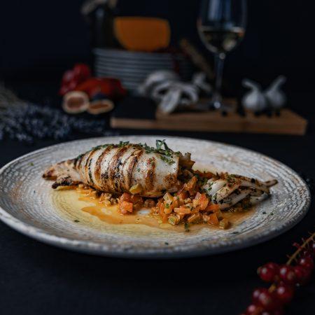 пълнен калмар приготвен от шеф готвач и сервиран в средиземноморски ресторант