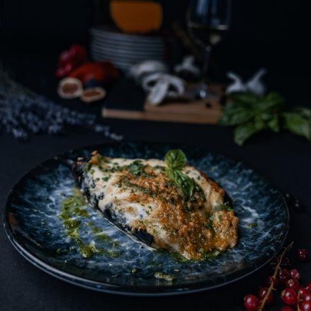 ястие с патладжан, пармезан и домати красиво сервирани в ресторант