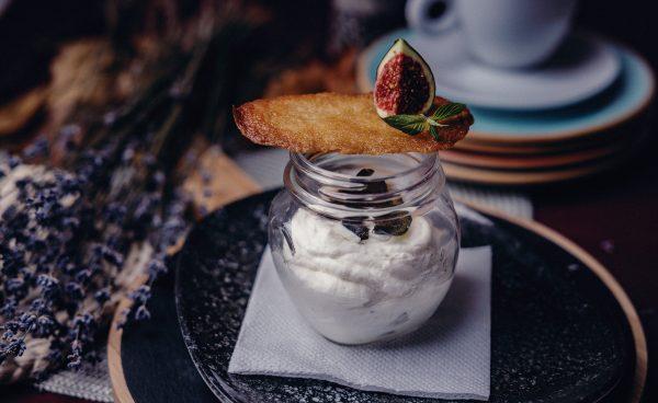 сладолед сервиран с прозрачно бурканче с бисквитка