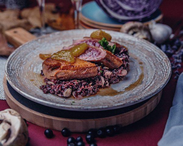 патешко магре с гарнитура поднесено в керамична чиния в луксозен ресторант